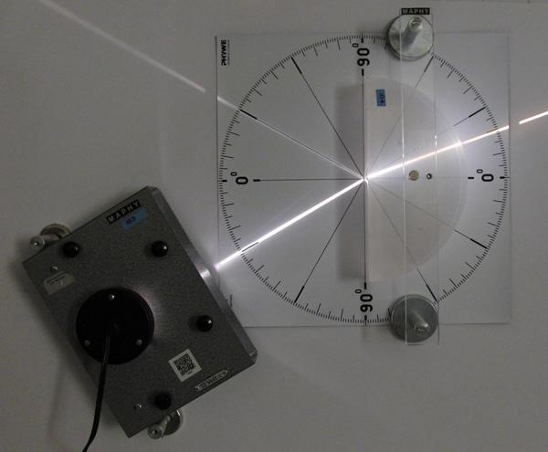 Versuchsaufbau zur Brechung von Licht am Übergang Luft-Plexiglas
