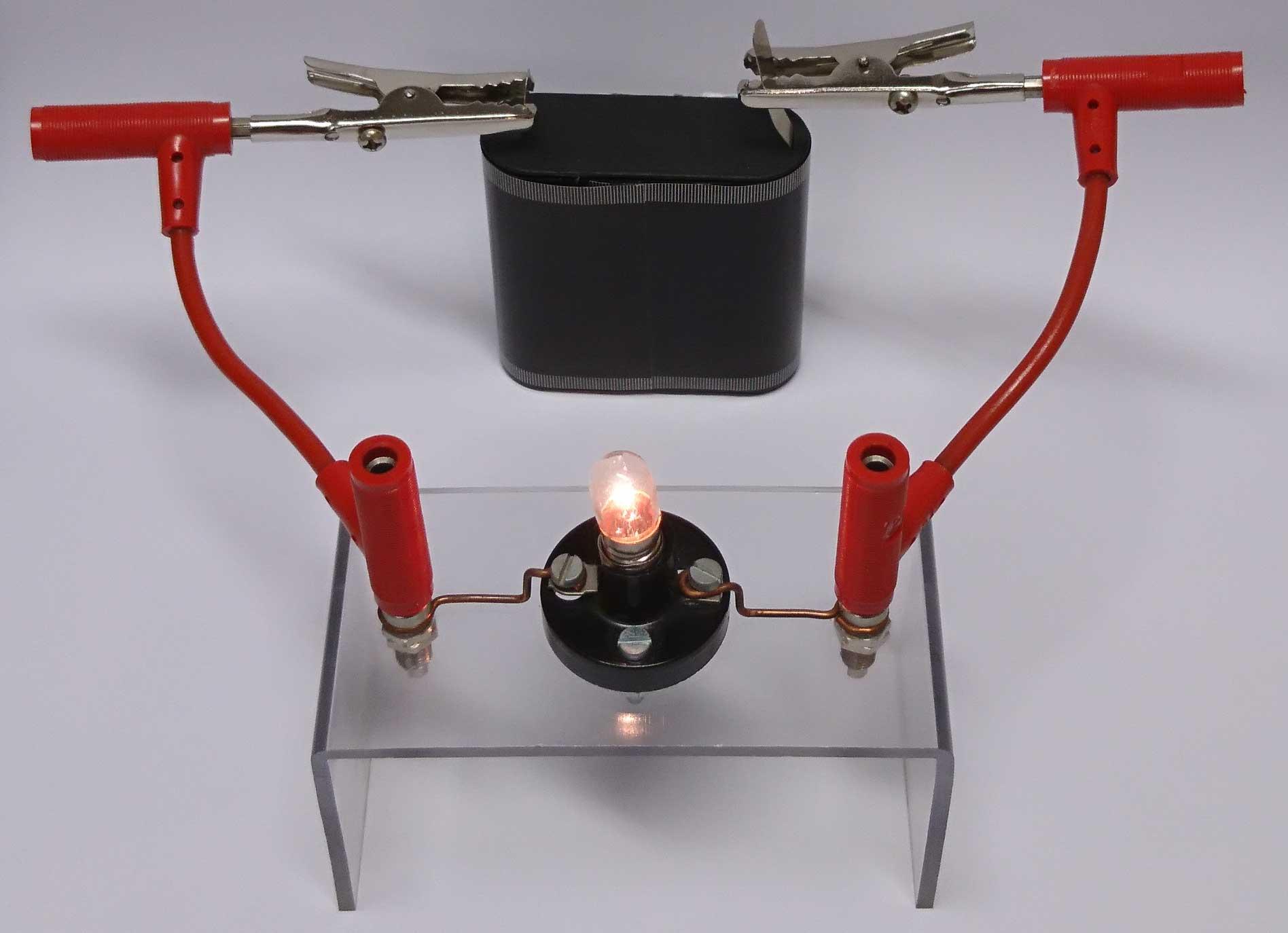 Stromkreis mit Batterie, Kabeln und Lampe