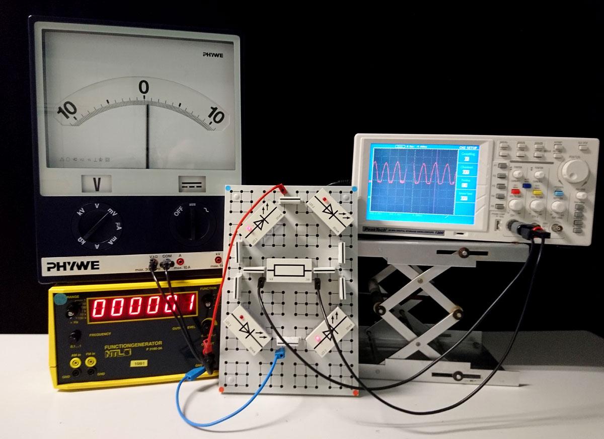 Versuchsaufbau zur Demonstration eines Brückengleichrichters mit Oszilloskop