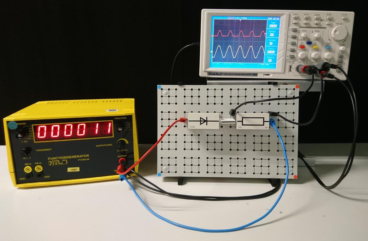 Versuchsaufbau zur Einweggleichrichtung eines Wechselstroms mittels Diode mit Oszi