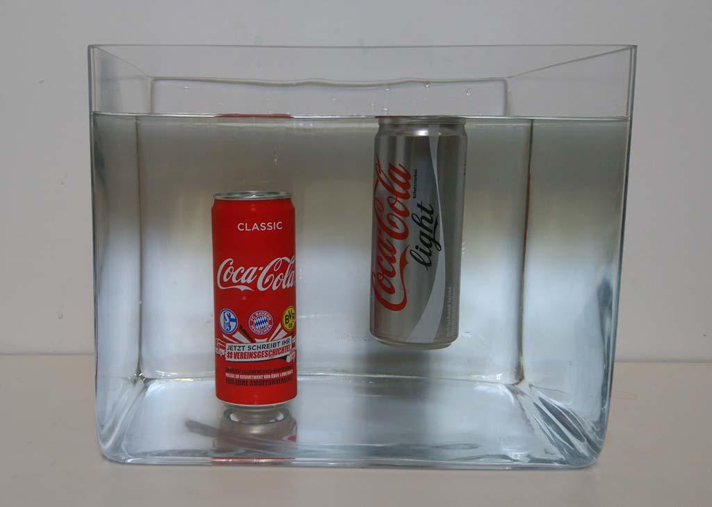 Cola light schwimmt im Wasser, normale Cola sinkt