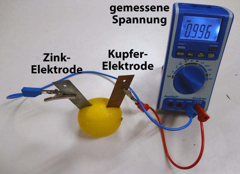 Zitronenbatterie mit Zink- und Kupferelektrode